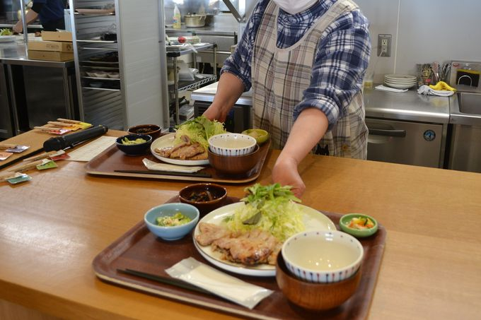 南魚沼産コシヒカリと具だくさん味噌汁はお替わり自由