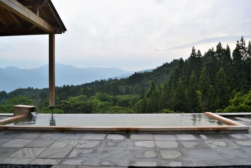 心とろかす絶景が待つ「里山十帖」の露天風呂