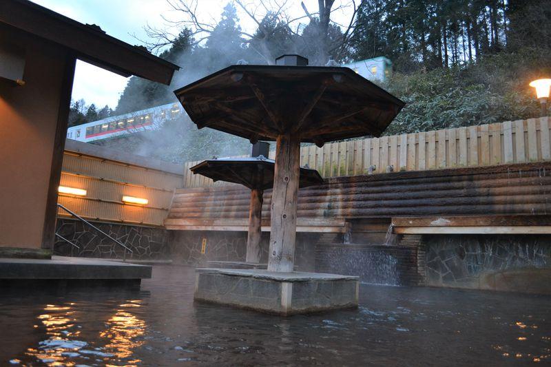 露天の上を列車がビューン!大江戸温泉物語 鳴子温泉「幸雲閣」で楽しい湯めぐり