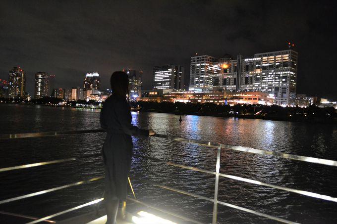 船上の展望デッキでお台場の夜景に包まれる