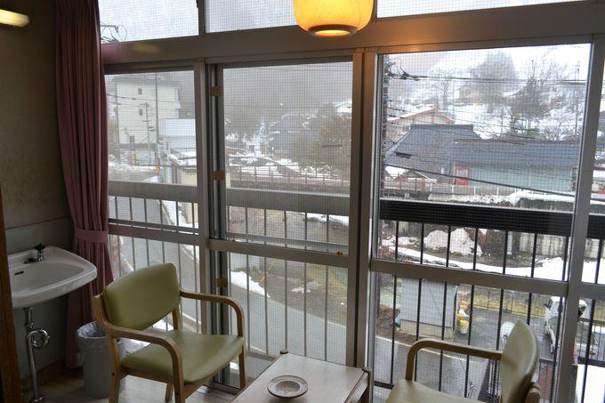 温泉街の名所を見渡す「元湯 湯西川館本館」の客室