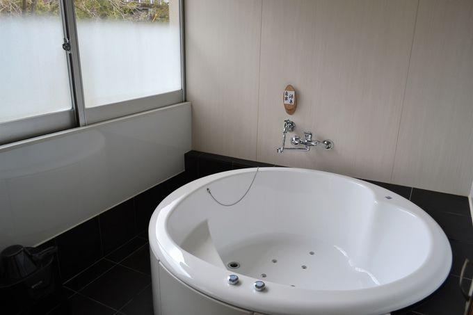 吉井川の景色に癒される客室。源泉かけ流しのジャグジー付も