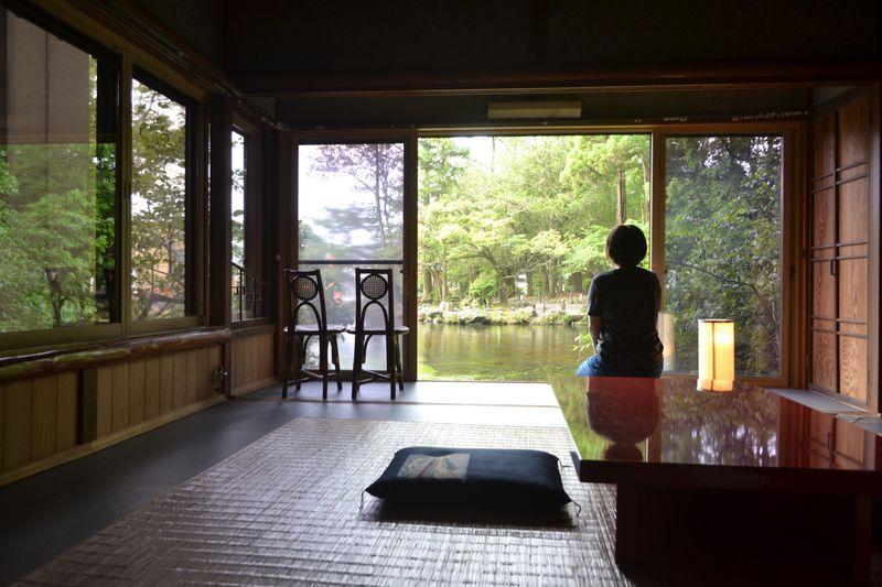 パワスポの池に浮かぶ「富士山ゲストハウス掬水」で浄化される1日