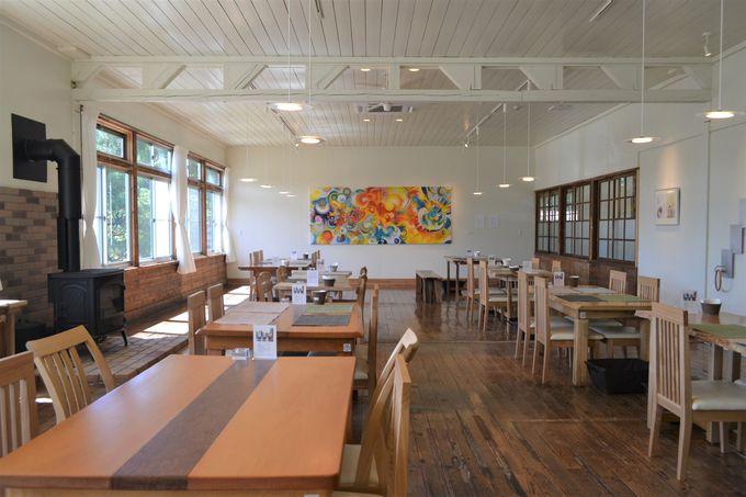 アートが映えるカフェスペースは職員室だった場所