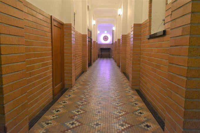 モザイクタイルの廊下にときめく家族湯エリア