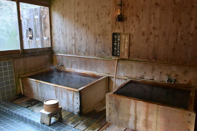 こんこんと自噴する冷鉱泉を薪で沸かしたお風呂