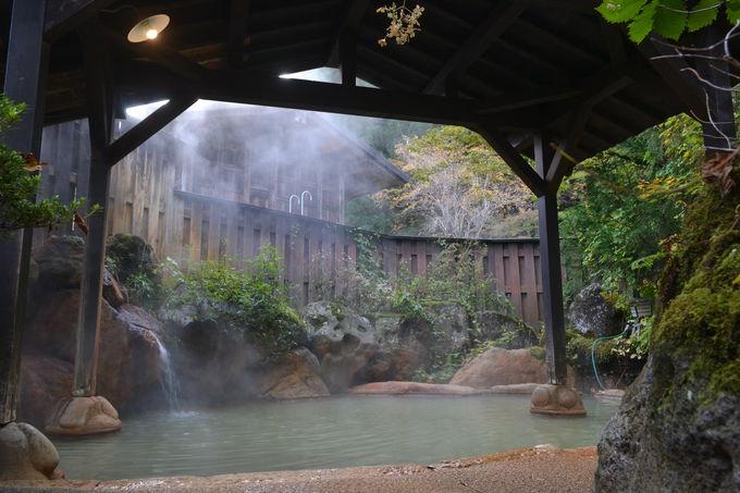 敷地内の「平湯の湯」でかけ流しのにごり湯を楽しむ