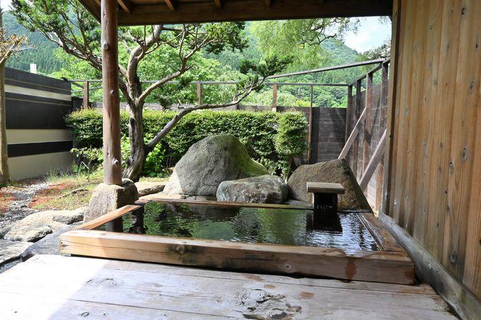 卵臭が香る ぬるめの温泉あふれる旅館の大浴場へ