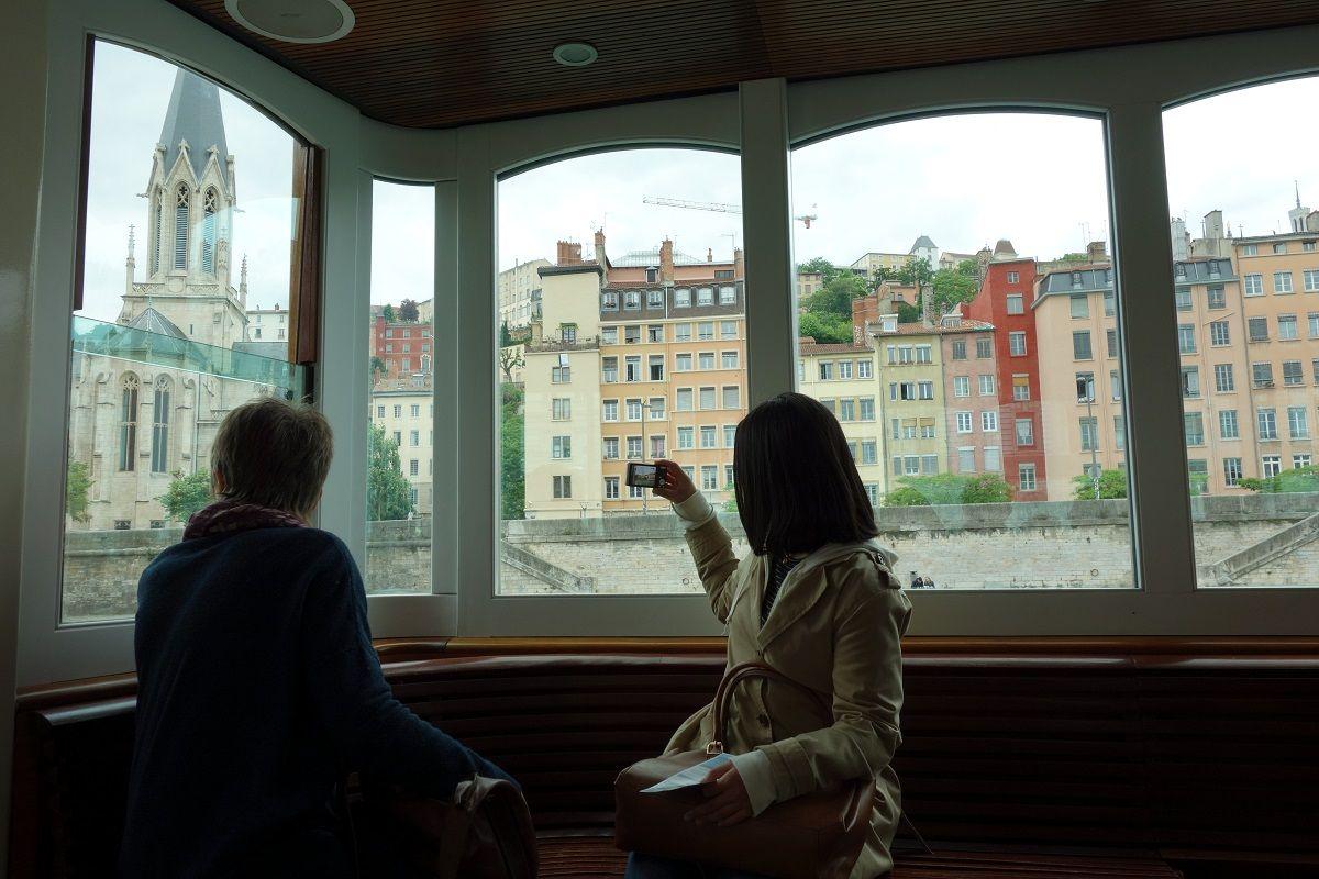 窓の外は世界遺産の街並み