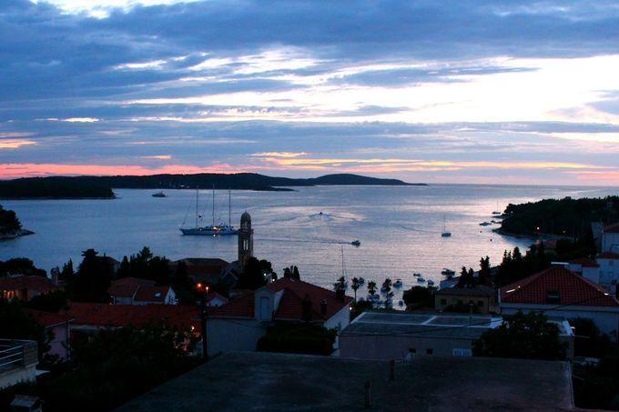 フェリーに乗って海と美食の島フヴァルへ