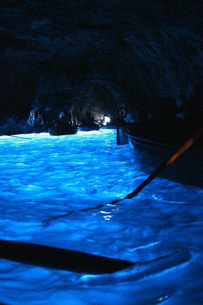 幻想的な光を放つ「青の洞窟」