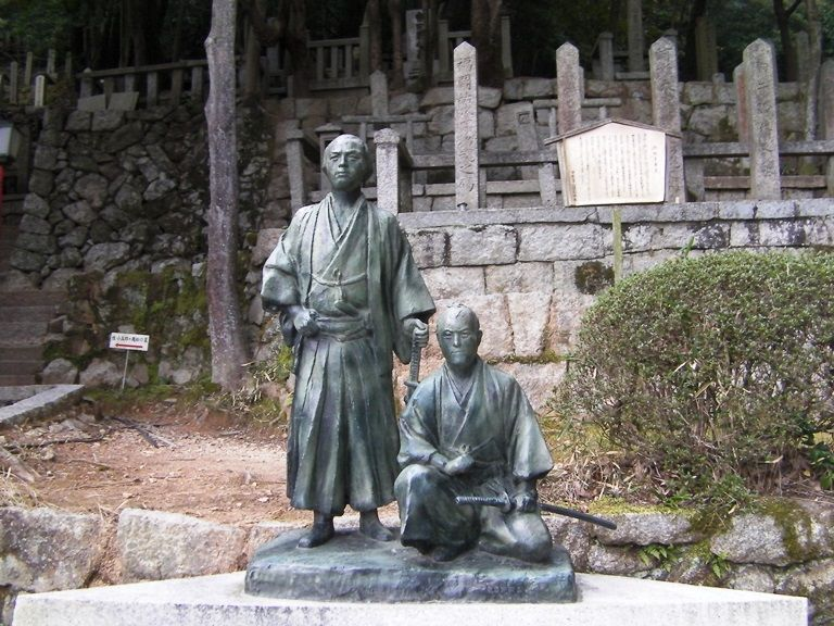 京都の街を見つめる坂本龍馬と中岡慎太郎