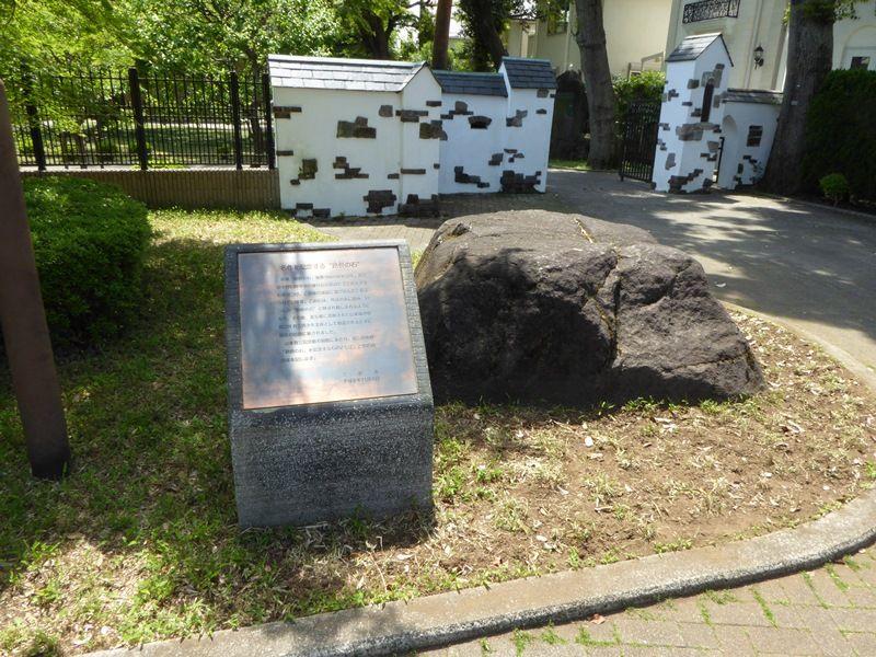 記念館の入口に代表作「路傍の石」