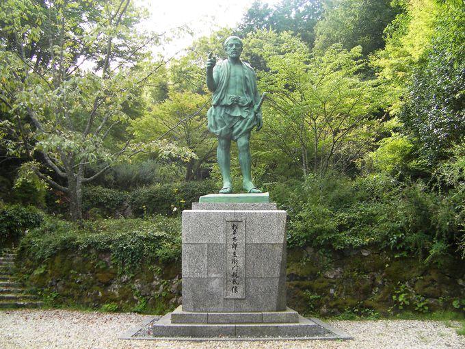 松平氏の祖の銅像を見よう