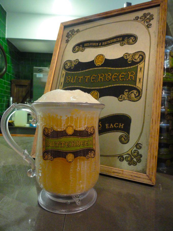 魔法界では大人気!ハリーたちが飲んでいたバタービールが飲める!