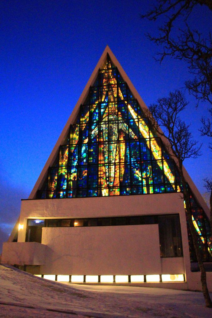 美しいステンドグラスを持つユニークな外観の教会