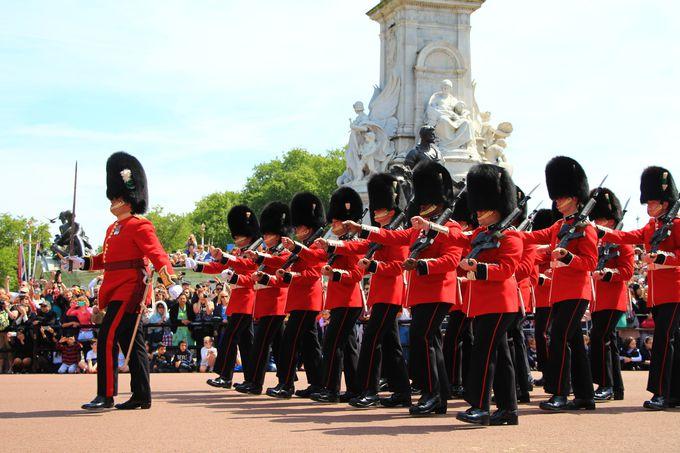衛兵交替式はバッキンガム宮殿で見られる!