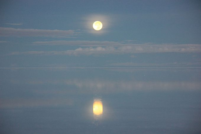 ウユニ塩湖で見る、特別な満月。