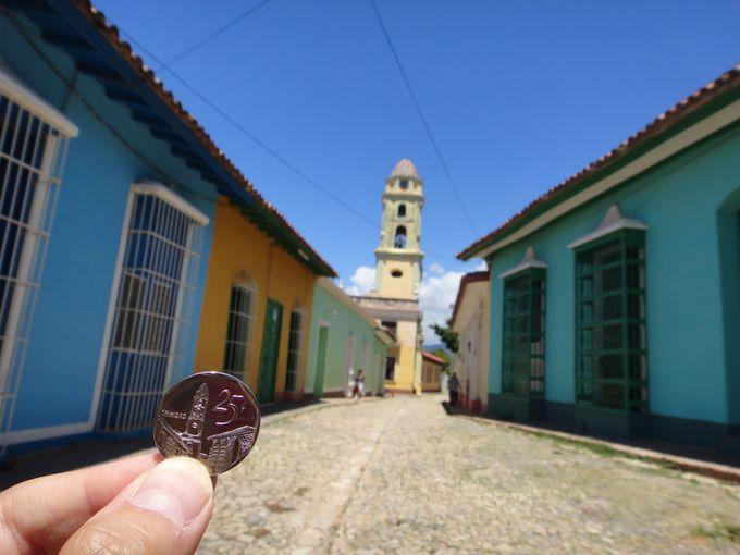 キューバのコインに描かれた歴史的な街並み