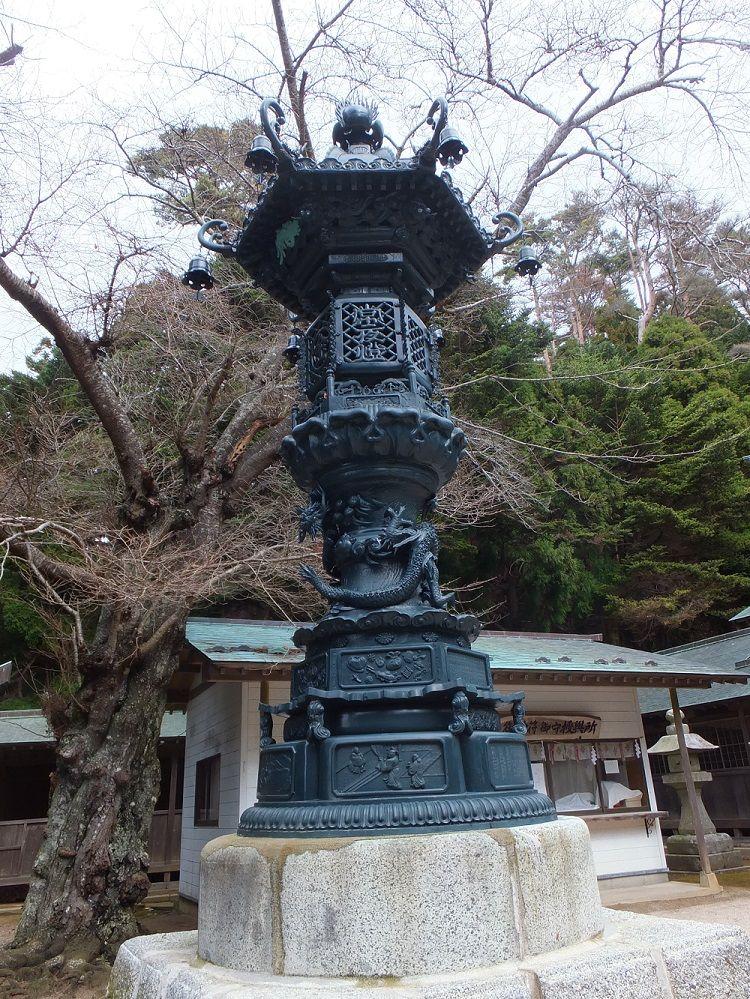 日本三大燈籠・青銅製常夜燈を仰ぐ