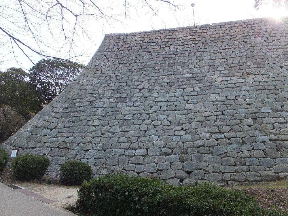 美しすぎる石垣の真骨頂!「扇の勾配」