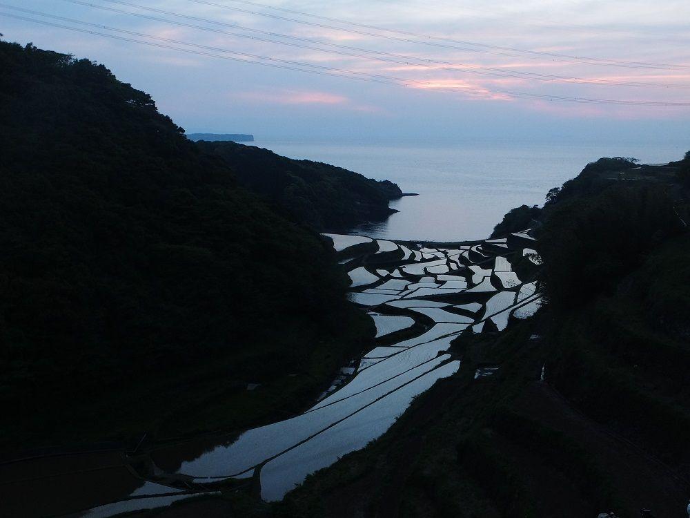 夕日が沈んでからが穴場!暮れなずむ「浜野浦の棚田」