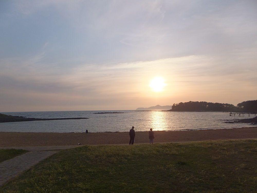 恋人の聖地に海中展望塔も!夕日がきれいな「波戸岬」