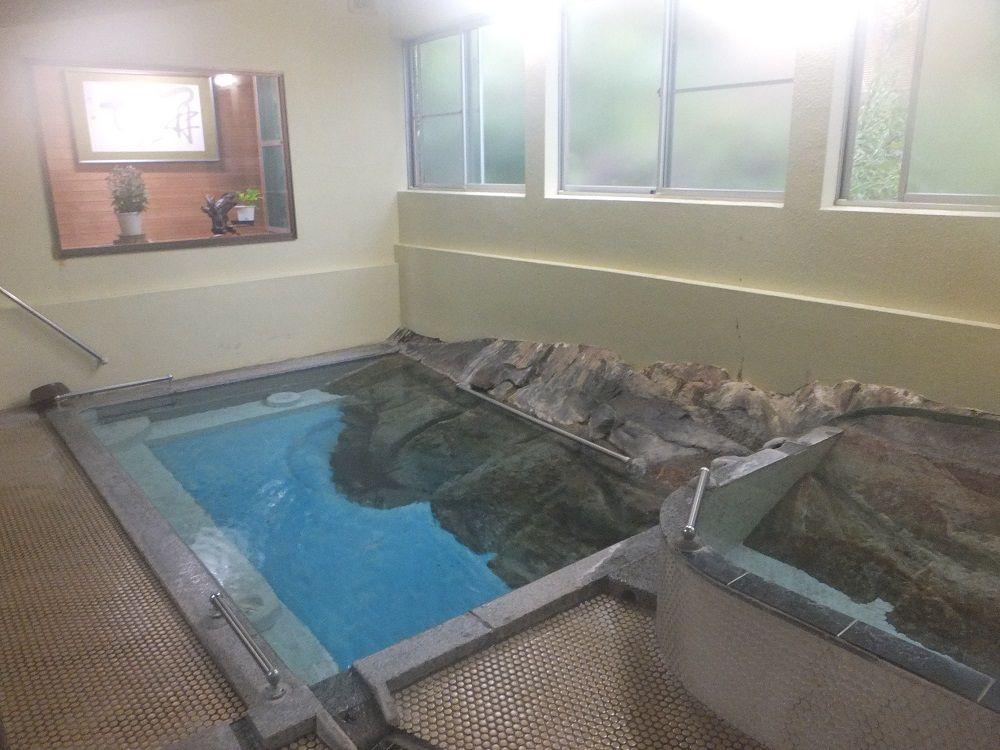 花崗岩から湧き出る自噴源泉の湯舟でまったり湯治