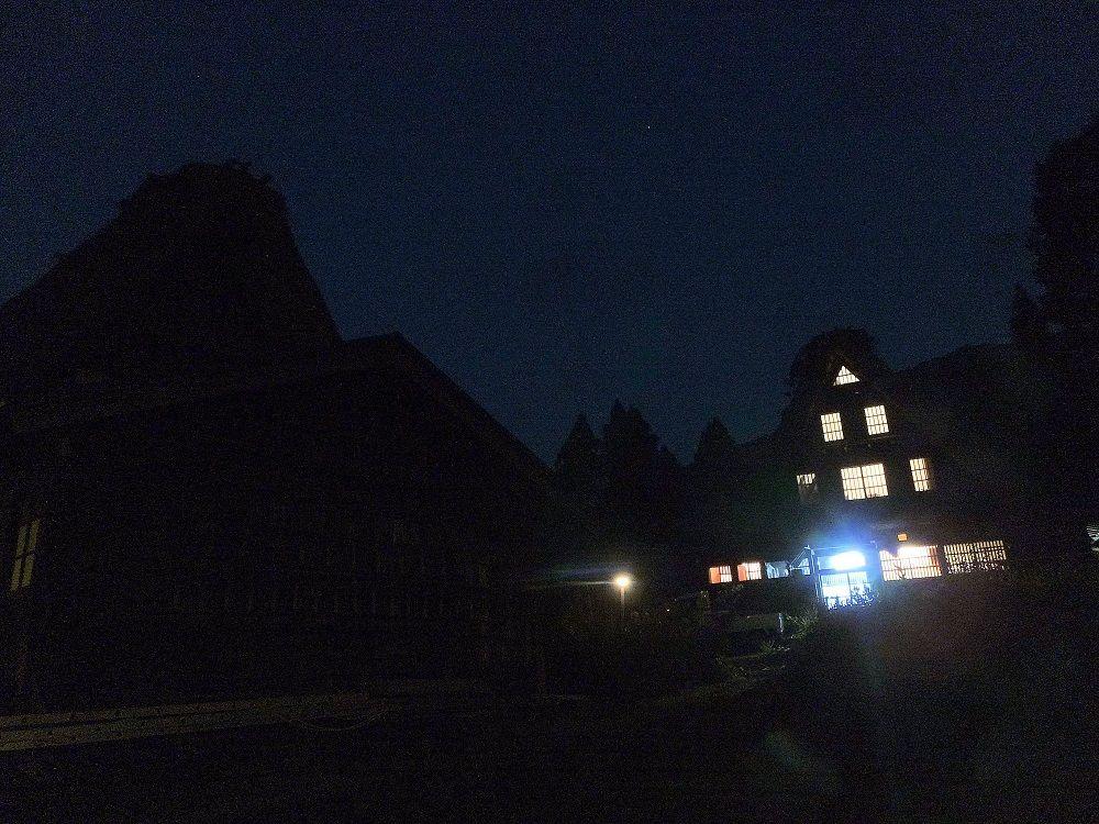 本当の暗さを体験!窓明かりを望む五箇山の夜