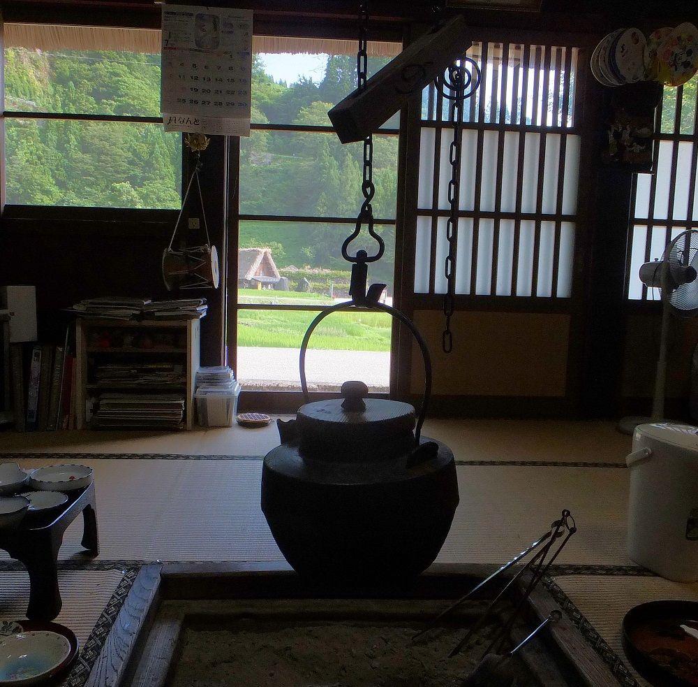 居間(オエ)でお茶を頂きながらゆるりとチェックイン!