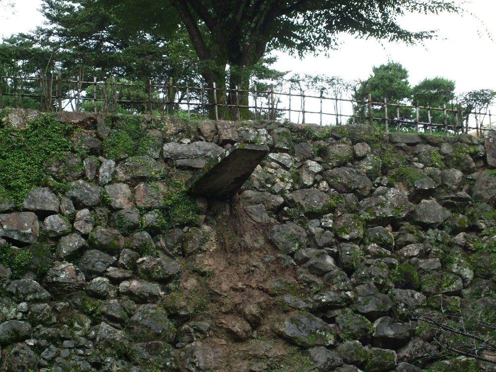 もっとマニアックに攻めたいなら!旧城主の石垣や排水設備も