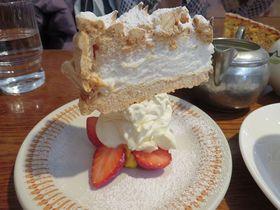 逆さますぎる!鎌倉「ブンブン紅茶店」の仰天ケーキ