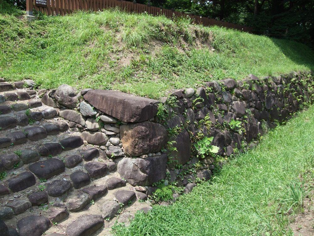 真田の遺構も!石垣や鐘楼が発掘・移築復元されている