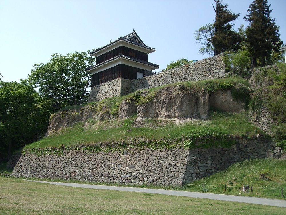 別名尼ヶ淵城!崖っぷちの櫓を守る石垣