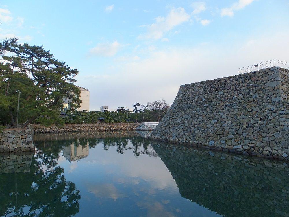 100%海水のお堀に修復された天守台が浮かぶ!