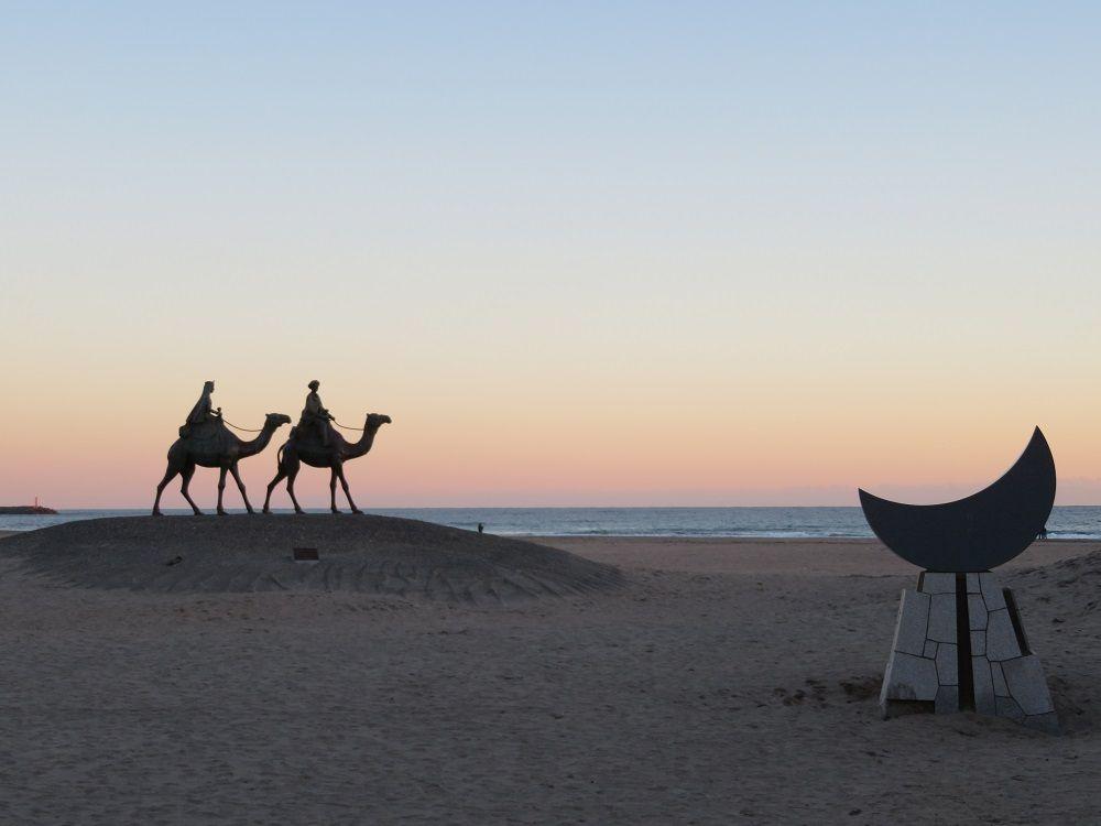 月の沙漠記念像!詩人・加藤まさをの生涯とは