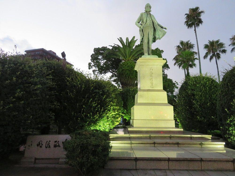 荘厳!ライトアップされた大久保利通、西郷隆盛の銅像