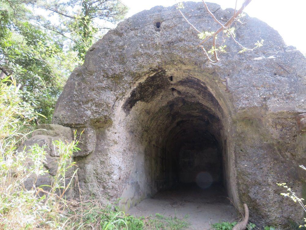 要塞化された岬!埋もれた遺跡群を散策