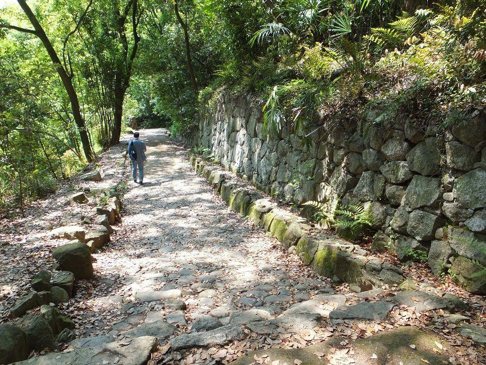 勇壮な石垣と石畳の大手筋「黒門口登城道」