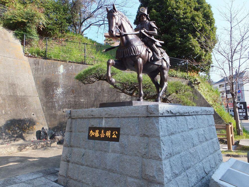 築城主・加藤嘉明公銅像がお出迎え!東雲口登城道