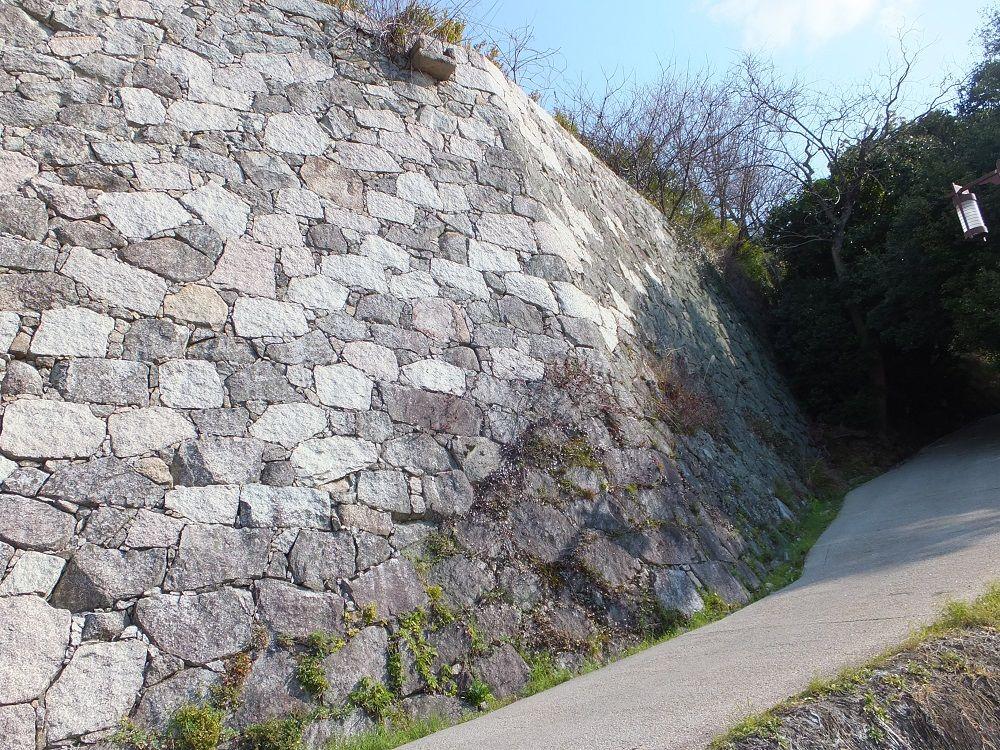 県庁裏登城道「登り石垣」は全国でも珍しい激レア石垣