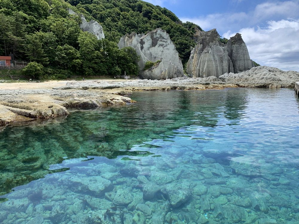 エメラルドグリーンの海辺!底まで見える究極の透明度