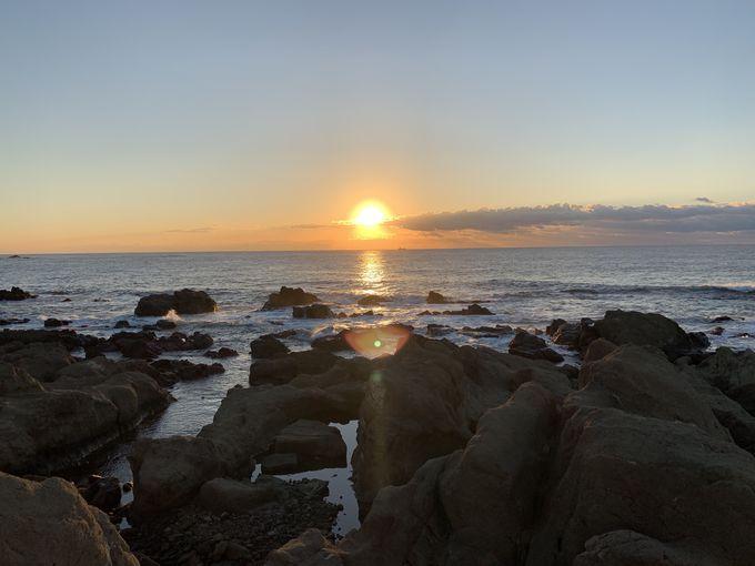 意外にも穴場!岩礁からのぞく感動の日の出