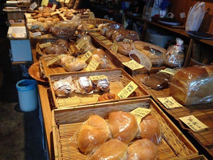 素朴ながらも個性的なパンに出会える「詩とパンと珈琲 モンクール 」