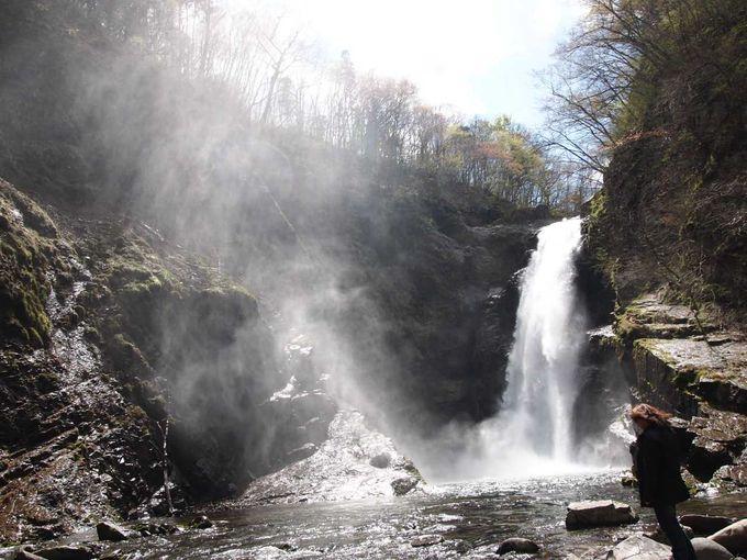 圧巻の景色!!勢いよく水が流れ落ちてくる大滝が目の前に。