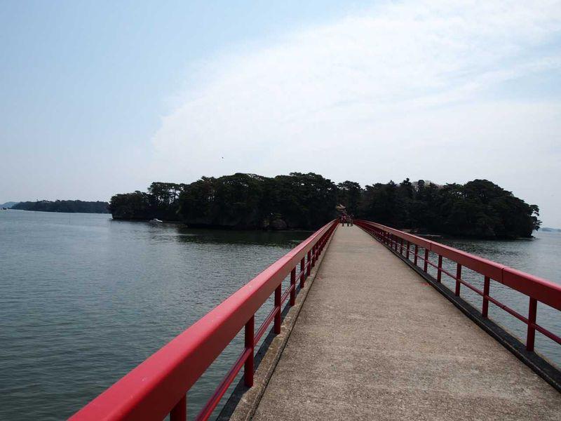 ひときわ目を引く朱色の橋。松島湾を歩いて福浦島へ。
