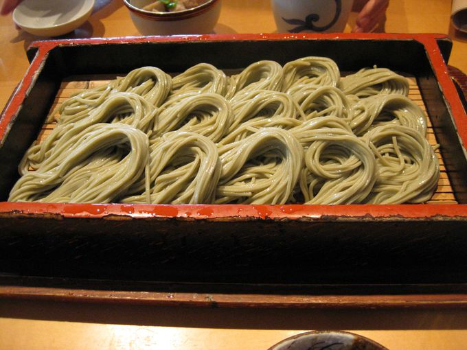 布海苔(ふのり)を使った特徴的な盛り付けのお蕎麦「へぎそば」