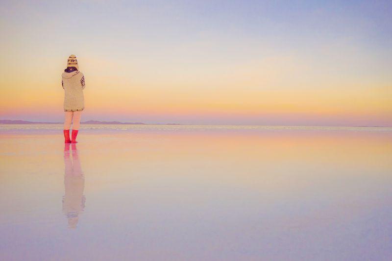 乾季のウユニ塩湖が見せる美しく...