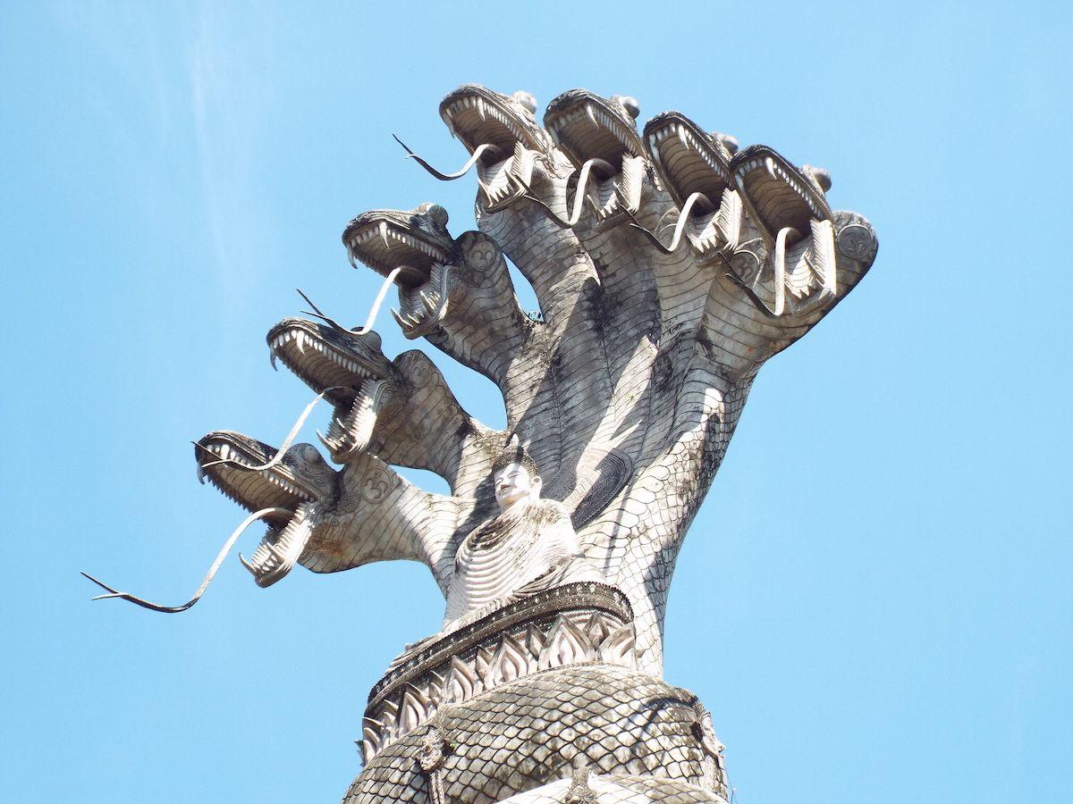 すごい迫力の不思議な巨大石像たちのオンパレード!