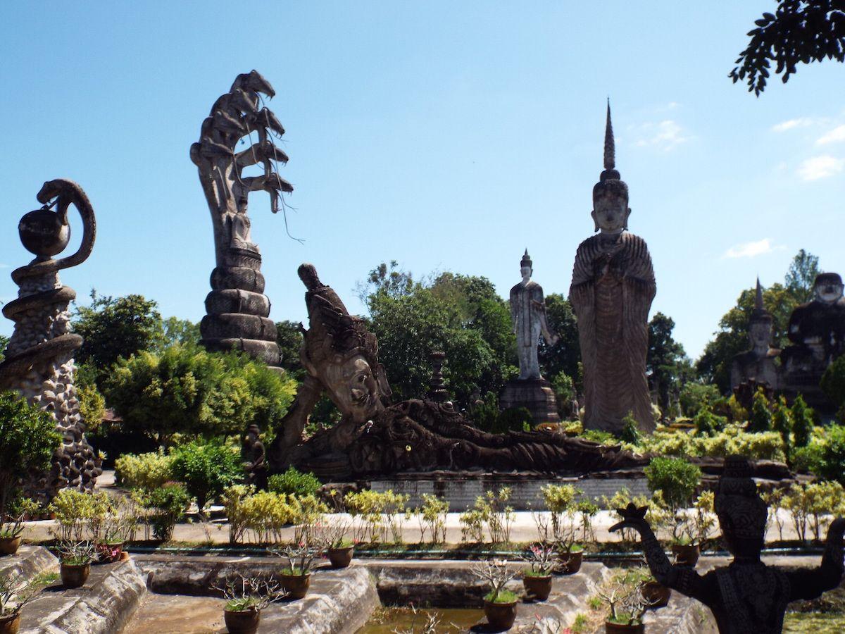 タイ国境の町ノンカイ。この町にある珍寺「ワット・ケーク」がめちゃエキセントリック